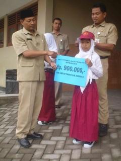 Fadhilah saat penerimaan uang pembinaan Juara I Porseni Se-Kab. Sukoharjo